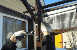 Процесс сборки каркаса для гаража из поликарбоната