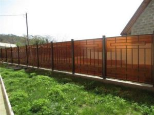 Забор из поликарбоната: характеристики, особенности и достоинства
